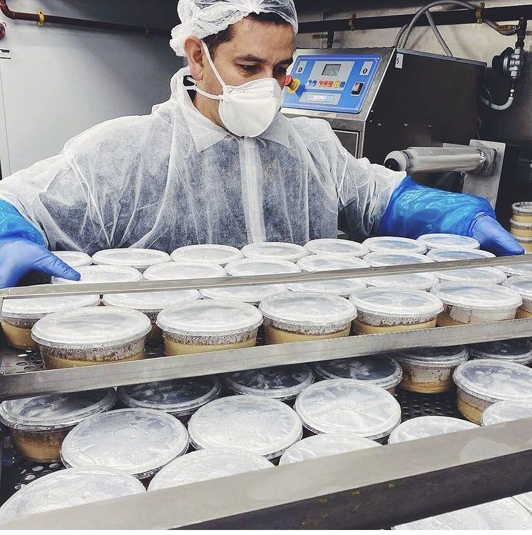 Shukran Group dona 250 kilos de hummus a Mensajeros de la Paz