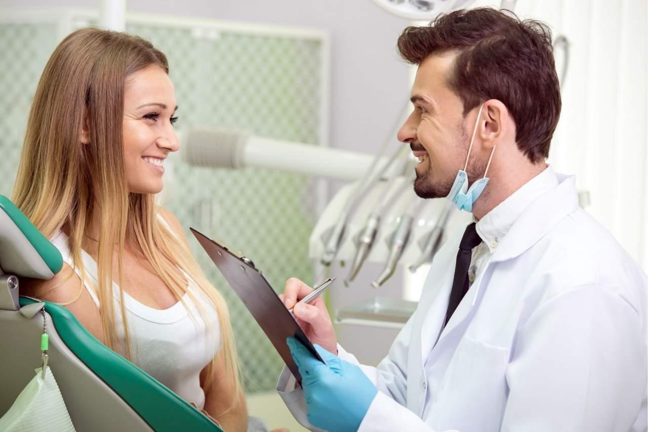 Cómo cepillarse los implantes dentales según los profesionales ¿se tienen caries con implantes?