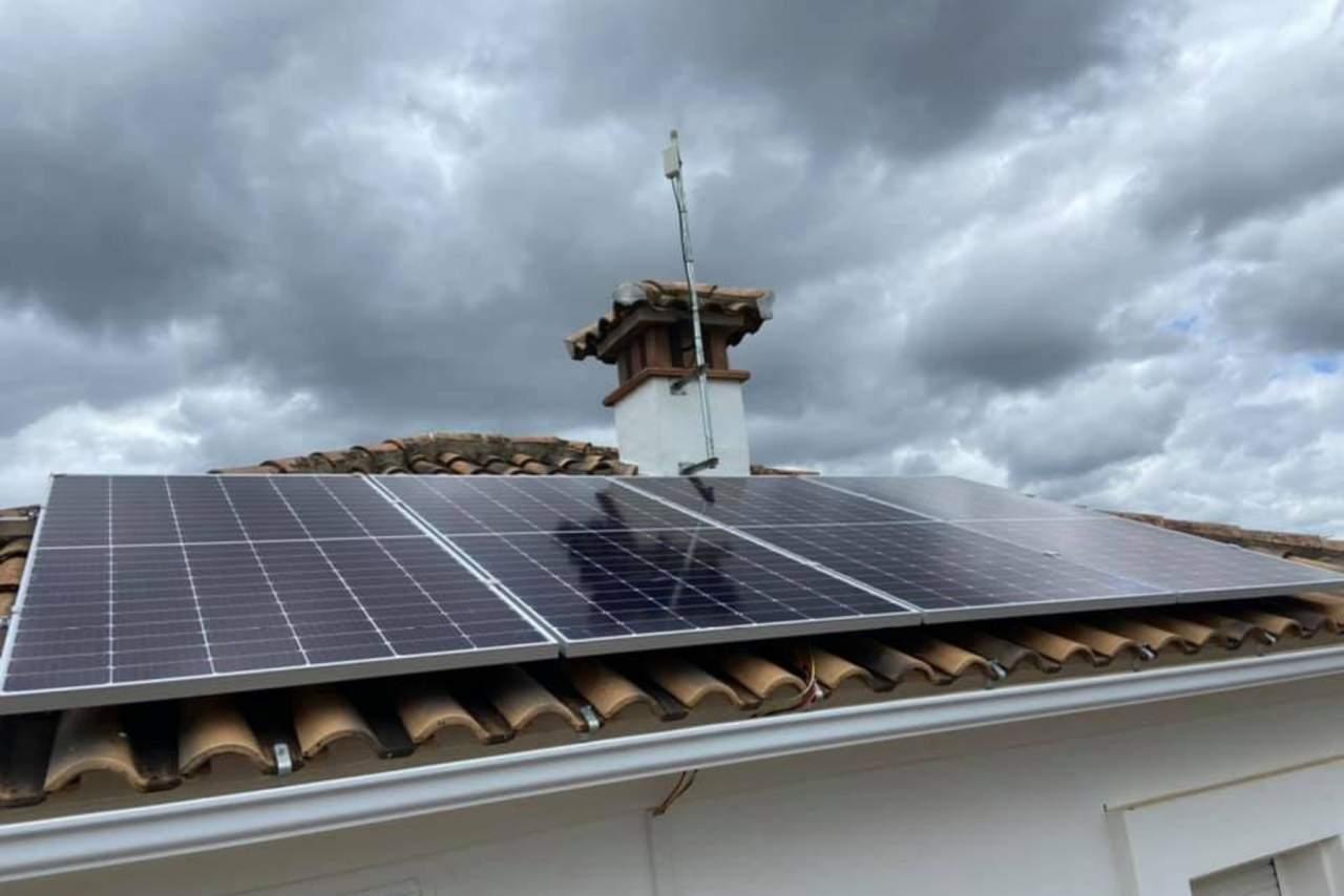 ¿Cómo instalar placas fotovoltaicas en casa? Los servicios de la empresa especializada AGRUPACIONES & SOLUCIONES SOLARES